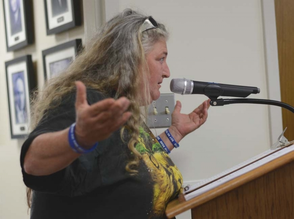 Teresa Cheek voices her disapproval of the N.C. 107 plans to town commissioners. Holly Kays photo